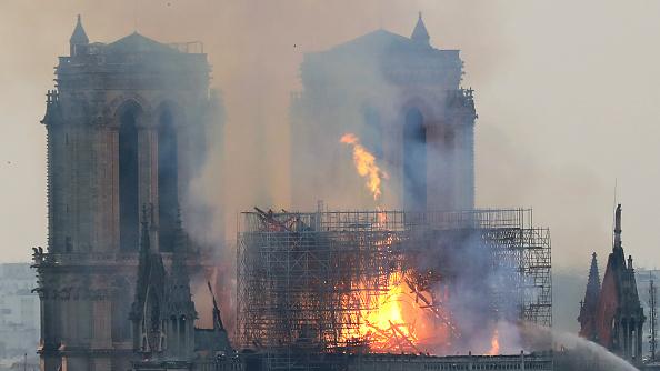 [MAJ] Incendie à Notre-Dame de Paris: des prières et des chants s'organisent devant la cathédrale