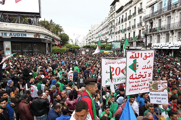 Les Algériens défilent en masse, sans incident, pour un 9e vendredi consécutif