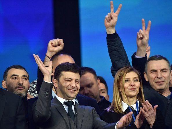 Ukraine: le triomphe du comédien Zelensky ouvre une période d'incertitudes