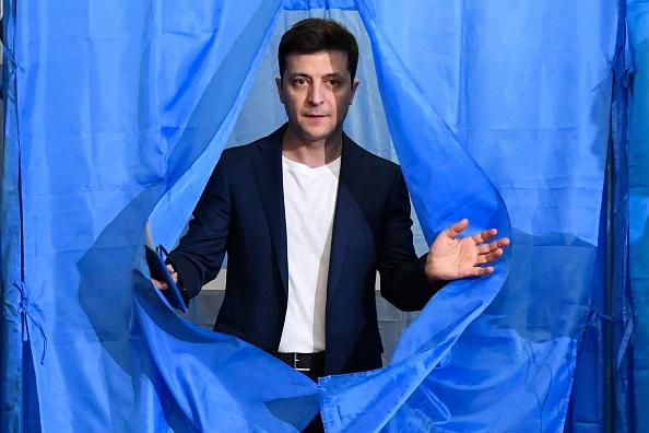Ukraine: le comédien Zelensky plus proche que jamais du pouvoir