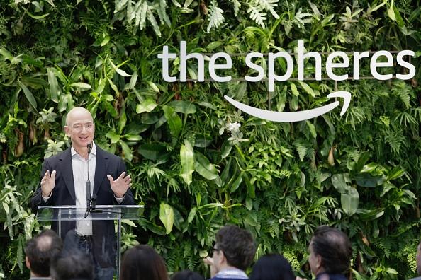 Le PDG d'Amazon lance un défi à la distribution: augmentez les salaires!