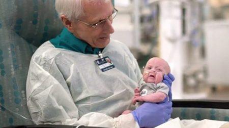 Un grand-père de 81 ans qui aime cajoler les bébés d'une unité néonatale de soins intensifs fait un don de 89.000 euros à l'hôpital