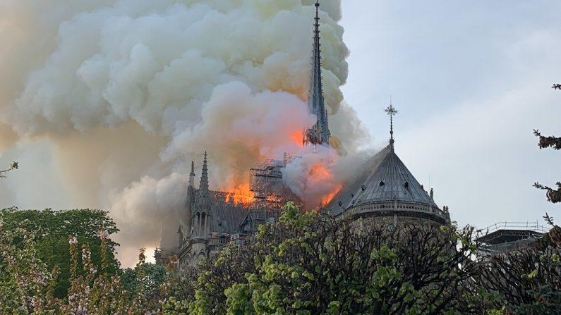 Un dramatique incendie ravage actuellement Notre-Dame de Paris  [Images]