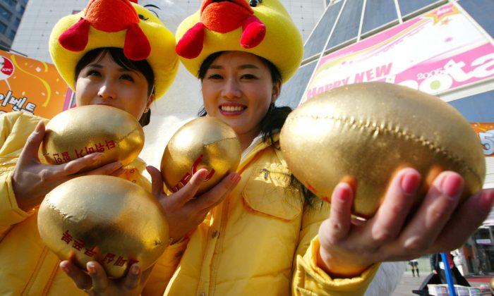Elles abattent leur poule et découvrent à l'intérieur un objet en forme d'œuf estimé à plus de 310 000 €