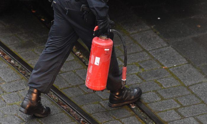 Un homme qui allume une cigarette à la station-service se fait asperger le visage avec un extincteur