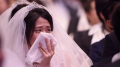 Une ex-petite amie s'incruste puis s'effondre en larmes durant un mariage tout en portant sa propre robe de mariée