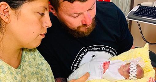«Nous ne les verrons jamais commencer l'école ou marcher»: un couple perd ses trois triplés dans les heures qui suivent leur naissance