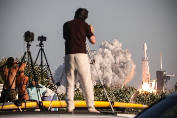 SpaceX lance la première vague de sa constellation de satellites