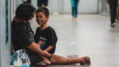 Un homme handicapé et son fils sans-abri nous montrent ce qu'est le bonheur