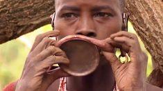 Une Africaine avec le plus grand disque à lèvres au monde, son ornement est aussi grand que sa tête