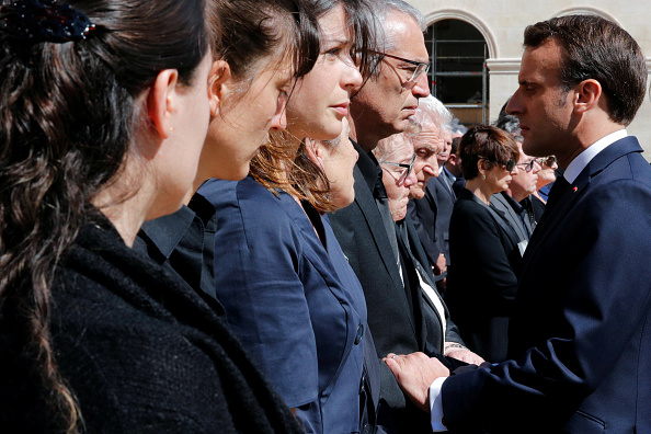 Hommage national: Pourquoi la mère d'Alain Bertoncello a-t-elle repoussé la main d'Emmanuel Macron?