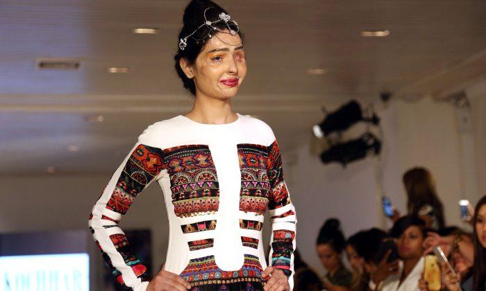 Une jeune fille défigurée par une attaque à l'acide inspire les autres avec son courage lors de la Fashion Week de New York