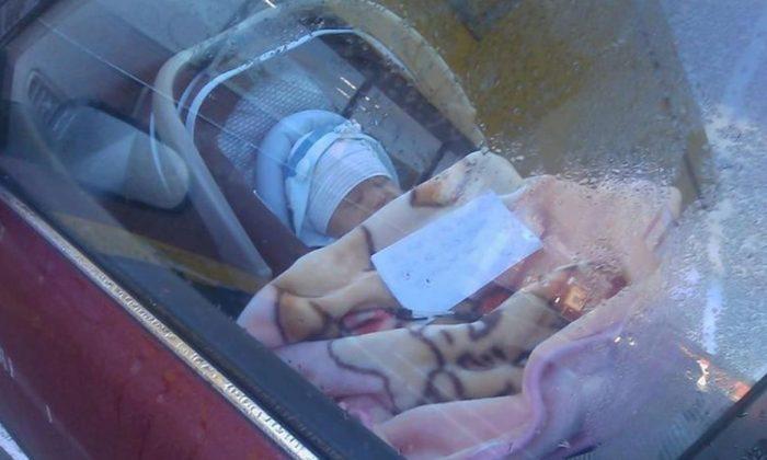 L'histoire d'un «bébé enfermé dans une voiture avec une note» redevient virale, mettant en évidence les dangers des voitures laissées au soleil