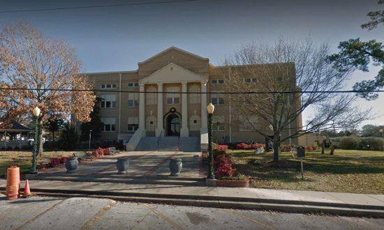 On a demandé à une ville du Texas d'enlever les croix au palais de justice – ils ont fait ceci à la place