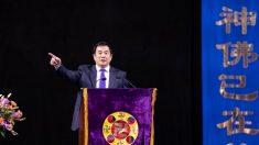 Plus de 10 000 personnes sont venues écouter les témoignages d'amélioration personnelle de leurs confrères lors d'une conférence sur le Falun Dafa. Le fondateur de la discipline spirituelle s'adresse au public