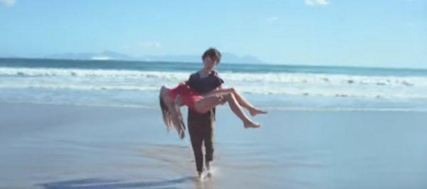 Un garçon sauve une fille qui se noie dans l'océan, mais regardez son annulaire