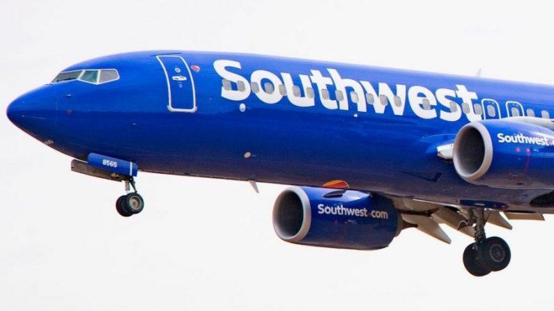 Un homme fait une blague déplaisante dans l'avion, l'hôtesse de l'air le met dehors parce qu'elle n'a pas aimé la remarque