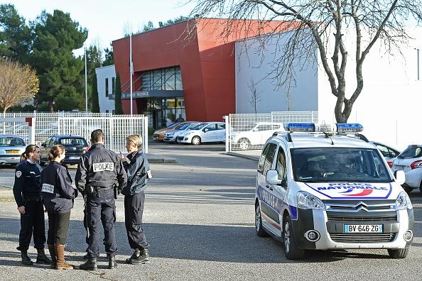 Grenoble: Pris en flagrant délit de vol par un commerçant, deux adolescents l'agressent sauvagement