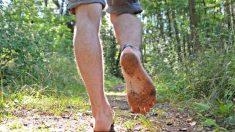 La marche pieds nus peut-elle vraiment améliorer votre santé ? Voici ce que disent les scientifiques