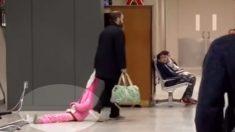 Un papa est filmé en train de traîner sa fille par la capuche à l'aéroport: «Je comprends tout à fait en tant que parent»