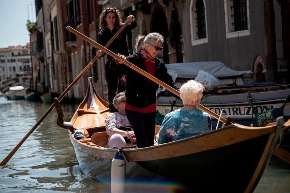 A Venise, des «gondolières» vous apprennent à ramer