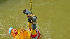 Inde: un illusionniste s'immerge enchaîné dans le Gange et disparaît dans le fleuve