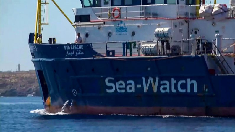 Migrants en Méditerranée: Sea-Watch rentre de force dans les eaux territoriales italiennes