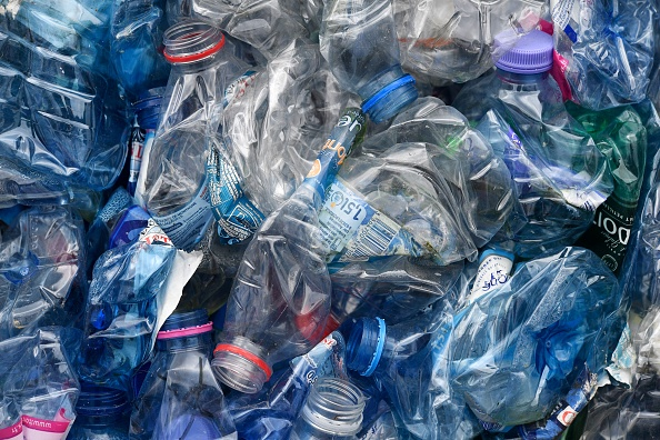 Vous pouvez ingérer jusqu'à 5 grammes de plastique au total chaque semaine, soit l'équivalent d'une carte de crédit par semaine