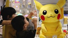 Une fillette sauvée d'une machine attrape-peluche d'une arcade, elle voulait un Pikachu