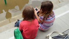 L'apparition d'une petite corne chez les jeunes adultes pourrait être due aux smartphones