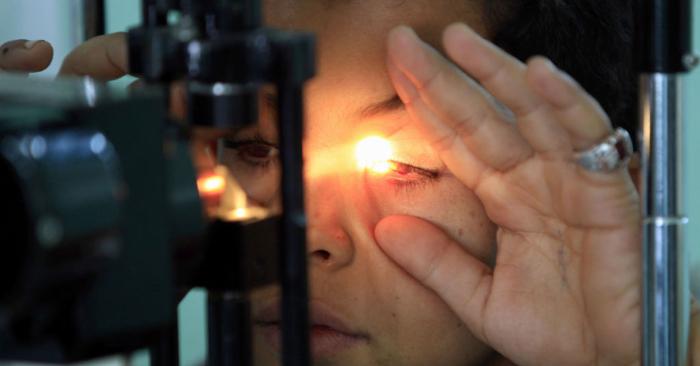 Il devient aveugle d'un œil à cause d'un parasite qu'il a contracté en prenant sa douche avec ses lentilles de contact