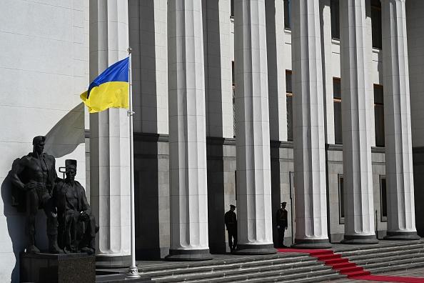 Législatives en Ukraine: la victoire annoncée de Zelensky promet de rajeunir le Parlement