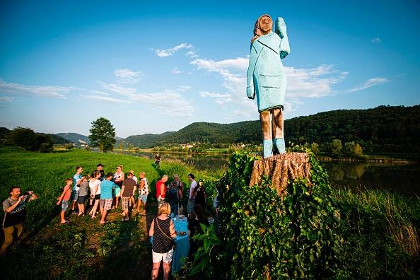 Melania Trump affublée d'une tête de bûche dans sa Slovénie natale